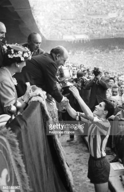 Franco remet la coupe au capitaine de l'équipe de football junior de Madrid après sa victoire contre Saragosse le 24 juin 1956 à Madrid Espagne