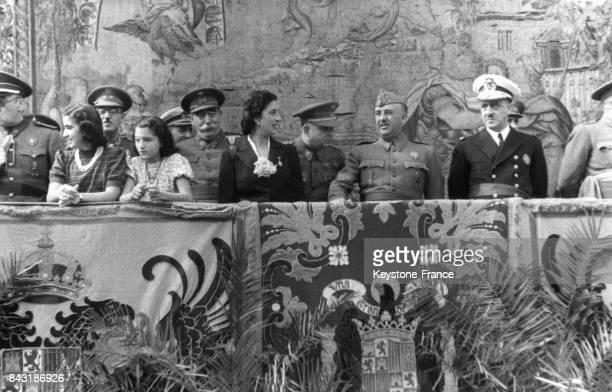 Franco sa femme Carmen et sa fille à la tribune en compagnie de leur garde personnelle lors d'un défilé au Pardo circa 1930 en Espagne