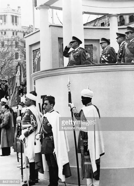 Franco salue lors d'une parade militaire célébrant le 7ème anniversaire de la victoire fasciste sur les Républicains espagnols en compagnie de la...