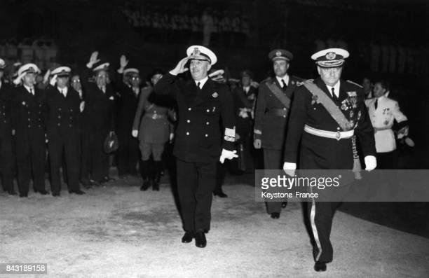 Franco salue ses troupes venues l'accueillir à son retour nocturne en ville le 3 juin 1949 à Barcelone Espagne