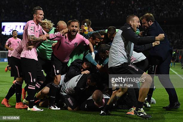 Franco Vazquez of Palermo celebrates after scoring the opening goal during the Serie A match between US Citta di Palermo and Hellas Verona FC at...
