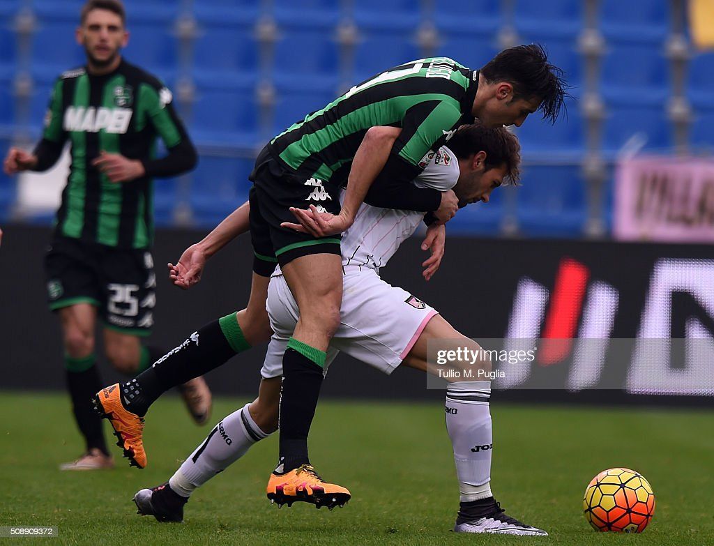 Franco Vazquez (R) of Palermo is challenged by <a gi-track='captionPersonalityLinkClicked' href=/galleries/search?phrase=Federico+Peluso&family=editorial&specificpeople=6336600 ng-click='$event.stopPropagation()'>Federico Peluso</a> of Sassuolo during the Serie A match between US Sassuolo Calcio and US Citta di Palermo at Mapei Stadium - Città del Tricolore on February 7, 2016 in Reggio nell'Emilia, Italy.