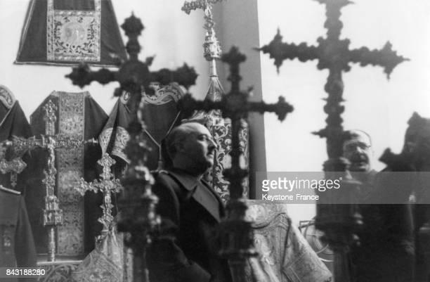 Franco visite une exposition d'objets de culte en Espagne