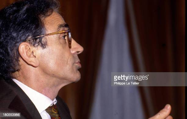 Francois de Closets journalist presenter of the magazine Mediations on TF1 in 1989 France Francois de Closets journaliste presentateur du magazine...