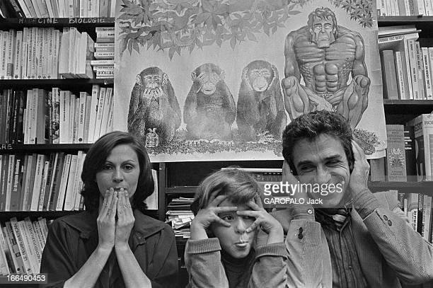 Francois De Closets Paris 20 juin 1977 Chez lui François DE CLOSETS journaliste français les mains sur ses oreilles assis en compagnie de sa femme...