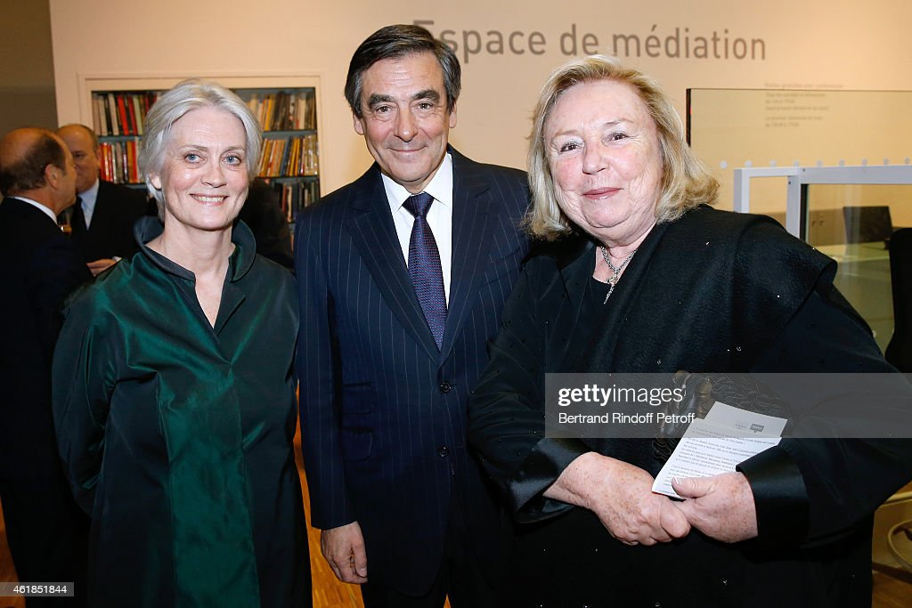 Francois Fillon standing between his wife Peneloppe (L) and Miss francois Pinault attend the 'Societe des Amis du Musee National d'Art Moderne' : Dinner at Beaubourg on January 20, 2015 in Paris, France.