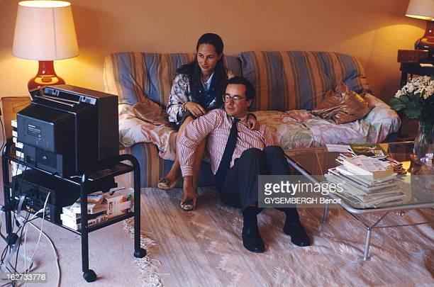 Francois Hollande And Segolene Royal François HOLLANDE assis sur le tapis regardant la télé avec sa compagne Ségolène ROYAL assise sur le canapé chez...