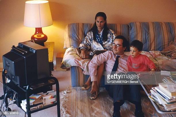 Francois Hollande And Segolene Royal François HOLLANDE assis sur le tapis regardant la télé avec sa compagne Ségolène ROYAL et leur fils Thomas chez...