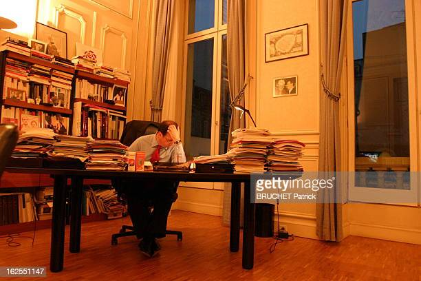 Francois Hollande The Evening Night Of The Defeat Of Yes For The Constitution Attitude de François HOLLANDE seul dans son bureau de la rue de...