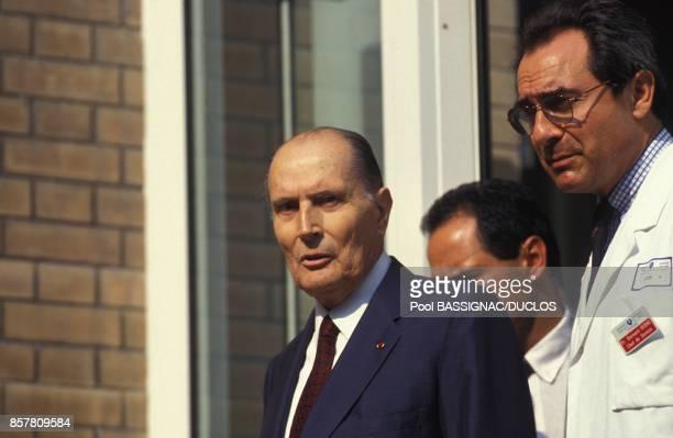 Francois Mitterrand a sa sortie de l'hopital Cochin a ses cotes Bernard Debre responsable du service d'urologie le 23 juillet 1994 a Paris France