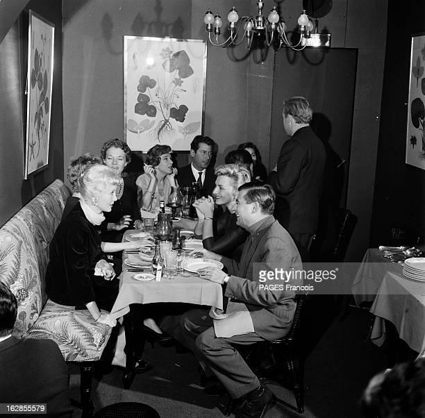 Francois Perier Portrait du comédien François PERIER au restaurant attablé avec un groupe d'amis dont la comédienne Micheline PRESLES au fond de la...