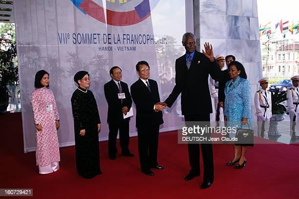Francophonie Summit In Hanoi Au Vietnam à Hanoï le président sénégalais DIOUF ABDOU serrant la main du président vietnamien TRAN DUC LUONG en...