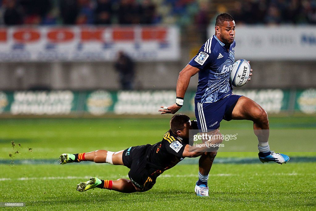 <a gi-track='captionPersonalityLinkClicked' href=/galleries/search?phrase=Frank+Halai&family=editorial&specificpeople=7371670 ng-click='$event.stopPropagation()'>Frank Halai</a> of the Blues beats the tackle of <a gi-track='captionPersonalityLinkClicked' href=/galleries/search?phrase=Tim+Nanai-Williams&family=editorial&specificpeople=5476637 ng-click='$event.stopPropagation()'>Tim Nanai-Williams</a> of the Chiefs during the round 13 Super Rugby match between the Chiefs and the Blues at Yarrow Stadium on May 9, 2014 in New Plymouth, New Zealand.