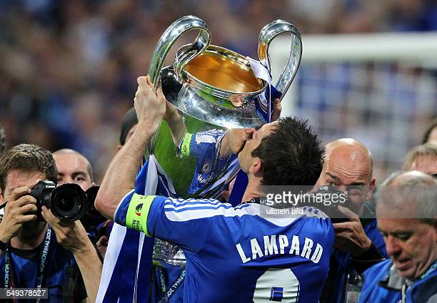 Frank Lampard den Pokal kuessend Sport Fußball Fussball UEFA Championsleague Finale Herren Saison 2011 FC Bayern Muenchen München vs FC Chelsea...