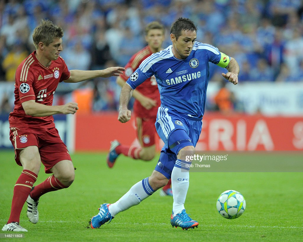 Frank Lampard (C) of Chelsea watched by <a gi-track='captionPersonalityLinkClicked' href=/galleries/search?phrase=Toni+Kroos&family=editorial&specificpeople=638597 ng-click='$event.stopPropagation()'>Toni Kroos</a> of Bayern Munich during the UEFA Champions League Final between FC Bayern Munich and Chelsea at the Fussball Arena Munich on May 19, 2012 in Munich, Germany. The match ended 1-1 after extra time, Chelsea won 4-3 on penalties.