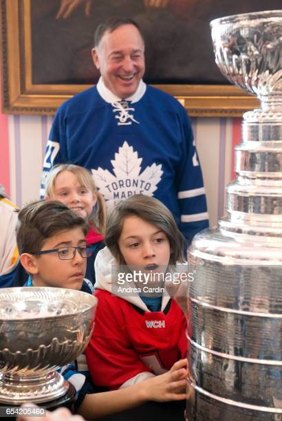 Frank Mahovlich with youth hockey players from the Ottawa and Gatineau region during the Stanley Cup Homecoming as part of the Stanley Cups 125th...