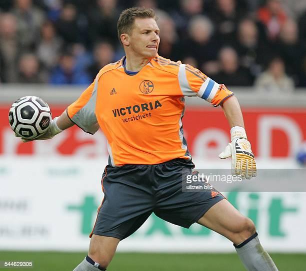 Frank Rost Torhüter Mannschaftskapitän FC Schalke 04 D wirft den Ball ab