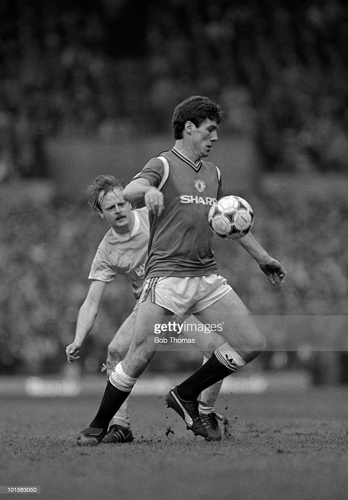 Frank Stapleton of Manchester United shields the ball from Neil McNab of Manchester City during the Division One match held at Old Trafford on 22nd March 1986. The match ended in a 2-2 draw. (Bob Thomas/Getty Images).