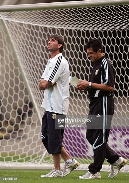 Argentine goalkeeper Roberto Abbondanzieri looks as walks with assistant Ubaldo Fillol at Frankfurt stadium during the training session 20 June 2006...