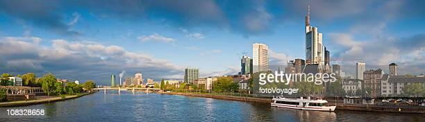 Les gratte-ciel de Francfort am Main rivière du centre-ville de la ville de panorama Hessen Allemagne