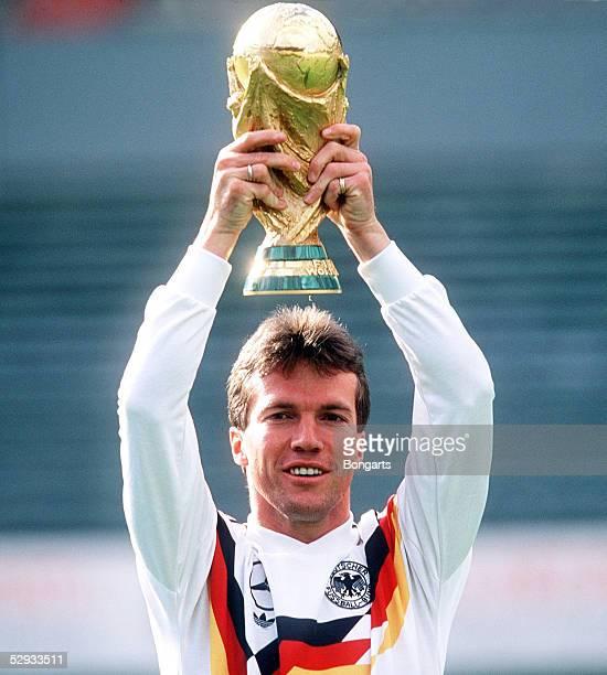 WM 1990 Frankfurt Lothar MATTHAEUS/GER mit WM POKAL