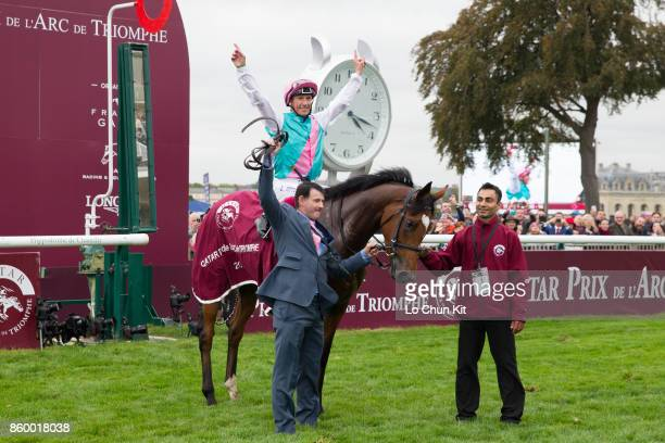 Frankie Dettori riding Enable wins the 96th Qatar Prix de l'Arc de Triomphe at Chantilly racecourse on October 1 2017 in Chantilly France Frankie...