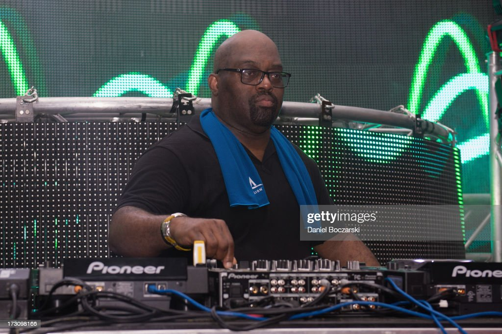 <a gi-track='captionPersonalityLinkClicked' href=/galleries/search?phrase=Frankie+Knuckles+-+House-muziek+DJ&family=editorial&specificpeople=626815 ng-click='$event.stopPropagation()'>Frankie Knuckles</a> performs during the 2013 Wavefront Music Festival at Montrose Beach on July 6, 2013 in Chicago, Illinois.
