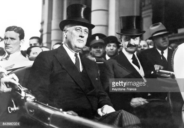 Franklin Delano Roosevelt et le ministre des affaires étrangères Carlos Saavedra Lamas en voiture dans les rues de Buenos Aires en Argentine le 7...
