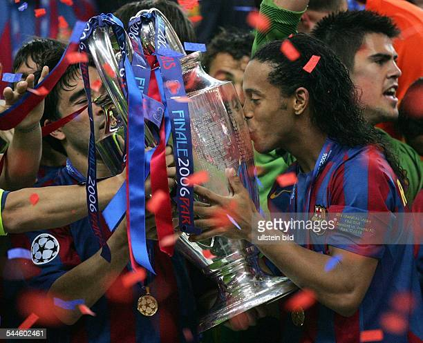 Champions League Saison 2005/2006 Finale FC Arsenal FC Barcelona 12 Barcelonas Ronaldinho küsst den Pokal neben seinem Mitspieler Deco