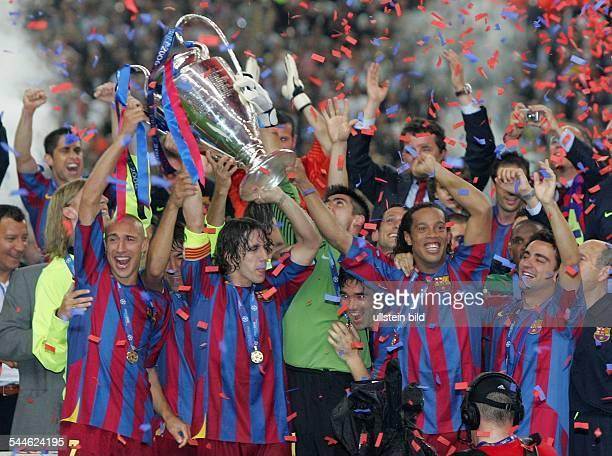 Champions League Saison 2005/2006 Finale FC Arsenal FC Barcelona 12 Barcelonas Spieler jubeln und präsentieren den Pokal Henrik Larsson Carles Puyol...