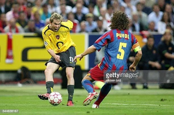 Champions League Saison 2005/2006 Finale FC Arsenal FC Barcelona 12 Arsenals Alexander Hleb spielt einen Flachpass im Vordergrund Barcelonas...