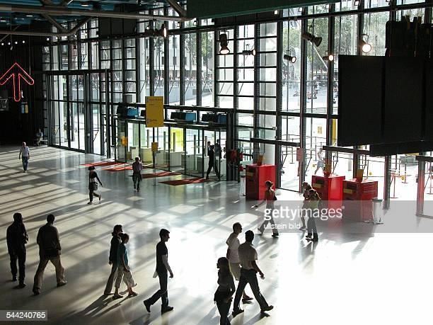 Musée National d`Art Moderne Centre Georges Pompidou Foyer mit Eingangsbereich