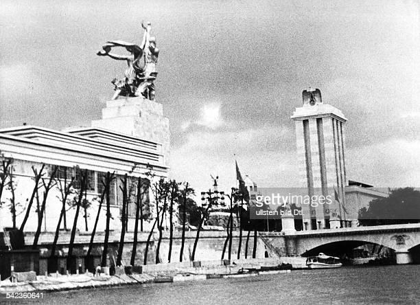 Frankreich Paris Weltausstellung der sowjetische Pavillon gegenueber dem Deutschen PavillonFotograf Wolfgang Webererschienen Berliner Illustrirte...