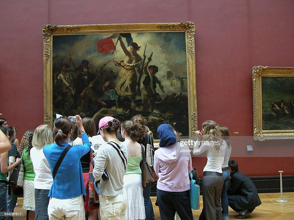 Louvre - Museumsbesucher drängen sich mit vor dem Gemälde 'Die Freiheit auf den Barrikaden' von <a gi-track='captionPersonalityLinkClicked' href=/galleries/search?phrase=Eugene+Delacroix&family=editorial&specificpeople=98884 ng-click='$event.stopPropagation()'>Eugene Delacroix</a>.