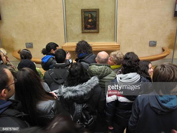 Louvre Museumsbesucher drängen sich vor Leonardo da Vincis Gemälde Mona Lisa das durch Panzerglas geschützt wird