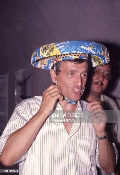 François Léotard porte un chapeau traditionnel lors d'une visite dans l'archipel des Saintes en juin 1989 Guadeloupe