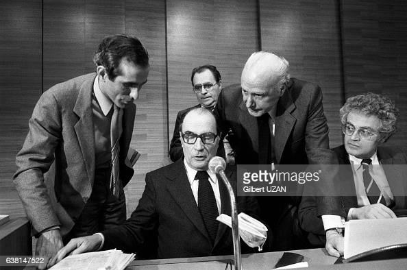 François Mitterrand entouré de Paul Quilès Pierre Bérégovoy Georges Dayan et Lionel Jospin le 22 avril 1979 à Paris France