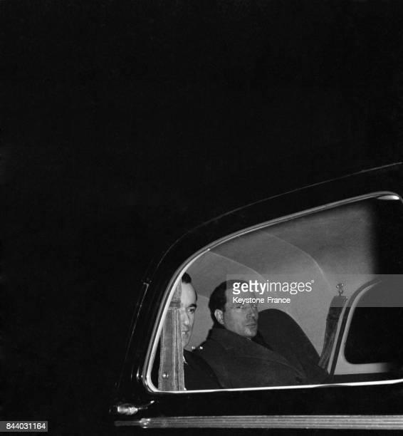François Mitterrand et Jacques ChabanDelmas photographiés dans leur voiture à leur arrivée au Palais de l'Elysée à Paris France en janvier 1956