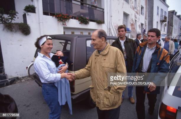 François Mitterrand serre la main d'une femme dans les rues de BelleÎleenMer France le 27 septembre 1992