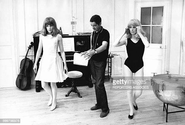 Françoise Dorléac Jacques Demy et Catherine Deneuve sur le tournage 'Des demoiselles de Rochefort' en 1967 en France