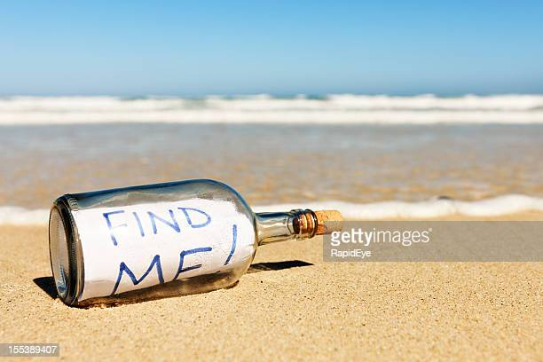 Hektik leeren Nachricht in der Flasche am Strand: Find me!