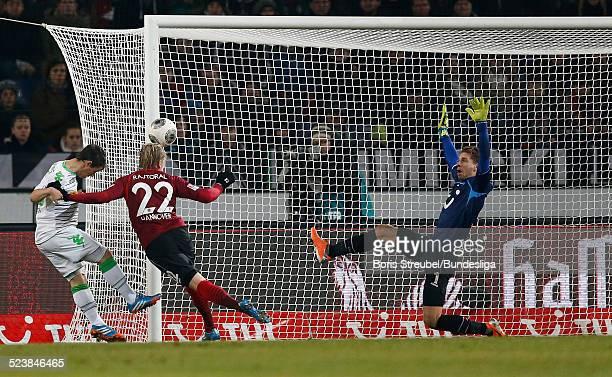 Frantisek Rajtoral und Torwart RonRobert Zieler aus Hannover 96 im Zweikampf mit Max Kruse von Borussia Moenchengladbach waehrend des...
