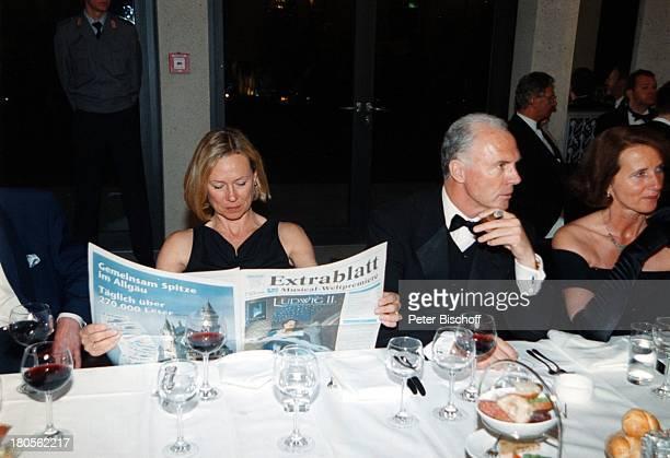 Franz Beckenbauer Ehefrau Sybille Premiere 'Ludwig II nach dem Paradies' Musical TheaterNeuschwanstein Füssen Rotwein GetränkeZigarre 'Extrablatt...