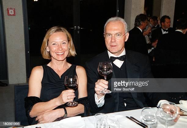 Franz Beckenbauer Ehefrau Sybille Premiere'König Ludwig II Sehnsucht nach demParadies' Musical Theater NeuschwansteinFüssen Rotwein Gläser Galadiner
