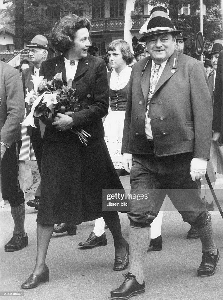 Franz Josef Strauß mit Ehefrau Marianne und Tochter Monika an seinem 60 Geburtstag in der Tracht der bayerischen Gebirgsjaeger