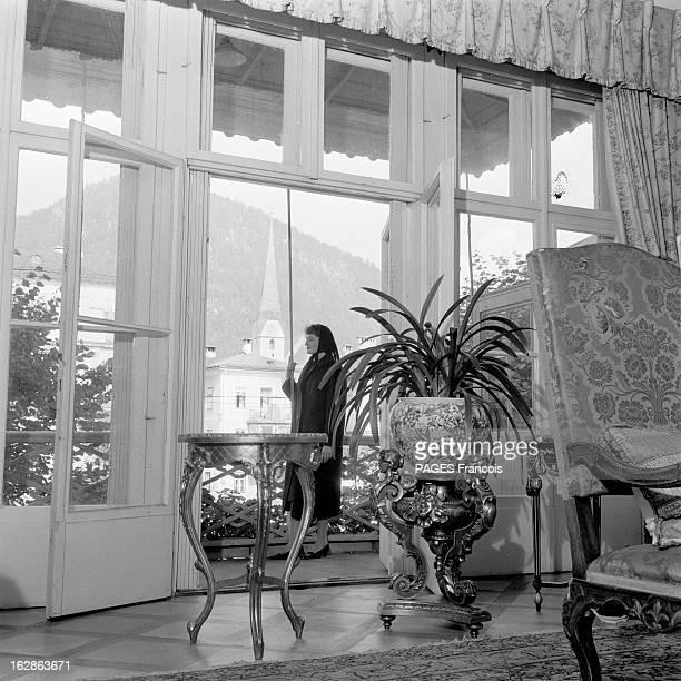 Franz Lehar En Autriche près de Salzbourg dans la maison du compositeur d'operettes Franz LEHAR une jeune femme avec un foulard noir sur la tête...