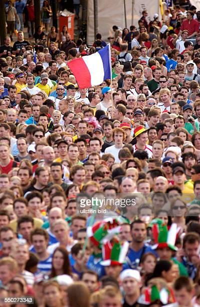 Französische und italienische Fußballfans auf dem Fan Fest FIFAWM 2006 am in Berlin während des Endspiels FrankreichItalien