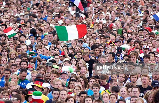 Französische und italienische Fußballfans feiern auf dem Fan Fest FIFAWM 2006 am in Berlin während des Endspiels FrankreichItalien