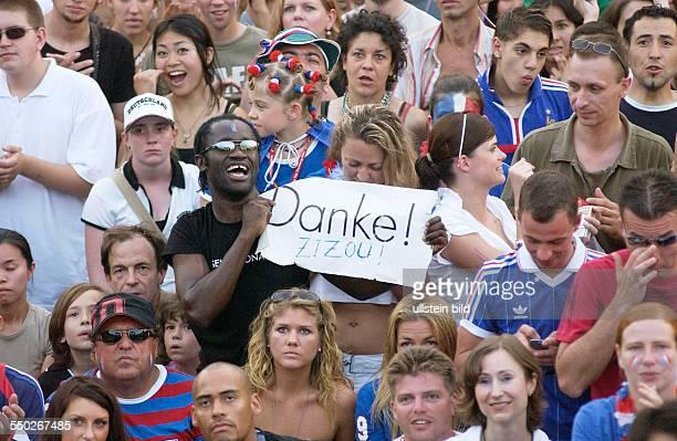 Französischer Fußballfan bedankt sich bei Zinedine Zizou Zidane auf dem Fan Fest FIFAWM 2006 am Brandenburger Tor in Berlin während des Endspiels...