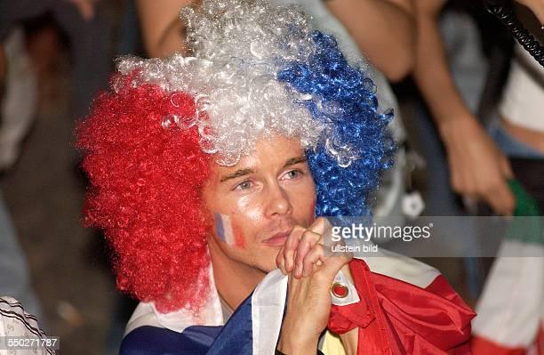 Französischer Fußballfan betet für den Sieg auf dem Fan Fest FIFAWM 2006 am in Berlin während des Endspiels FrankreichItalien